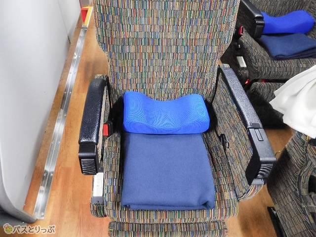 座席にきちんと置かれた毛布と枕