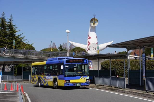 万博記念公園付近を走る近鉄バスの車両