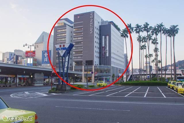 徳島駅を背にすると、目の前にある「ホテルサンルート徳島」。