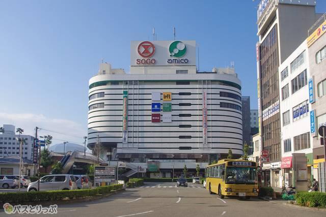 駅前広場からすぐに見つかる、大きな看板が「そごう徳島店」の目印。