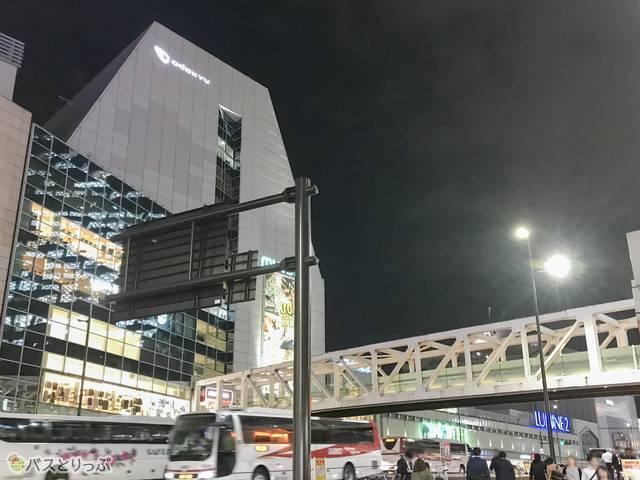 左に見える白い大きな建物が小田急のビル