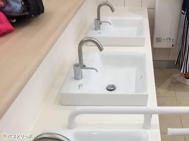 洗面台もきれいで便利な作りに
