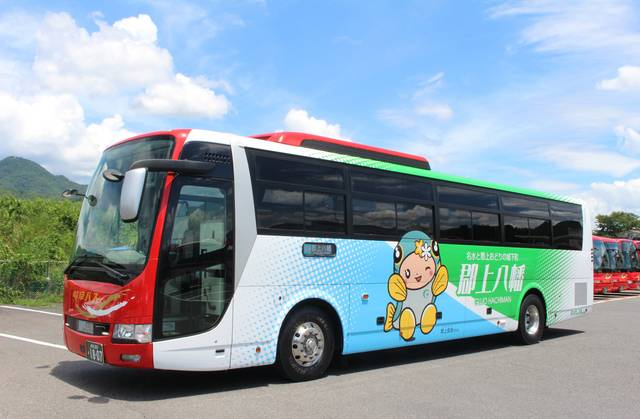 郡上市マスコットキャラクターの郡上良良(ぐじょうらら)ちゃんのラッピングバスで運行