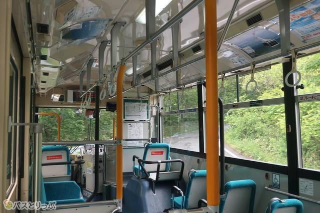 路線バスで坂道をどんどん登っていく