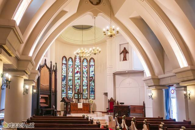 隣接する「教会」は見学無料。こちらにもステンドグラスが!