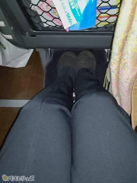 167cmの私の膝の前がこんなに空いています。185cmの男性でも大丈夫そうですね!