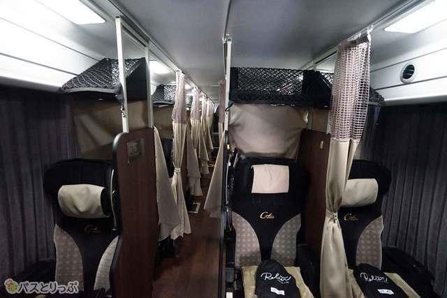 新しく各座席の上に設置された荷物棚