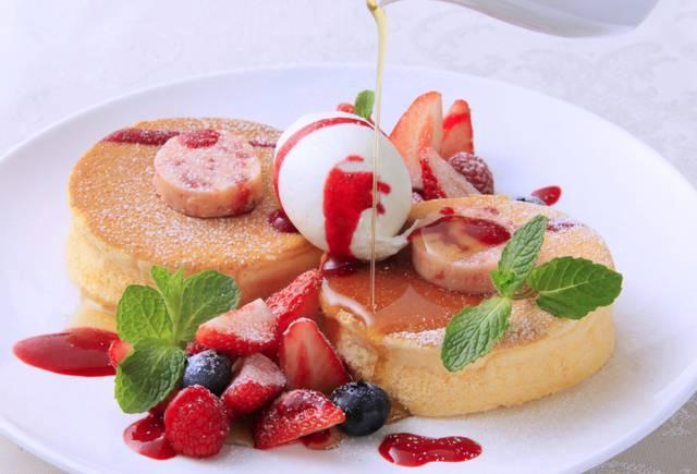 フレッシュな果実と苺バター 米粉入りふわふわパンケーキ
