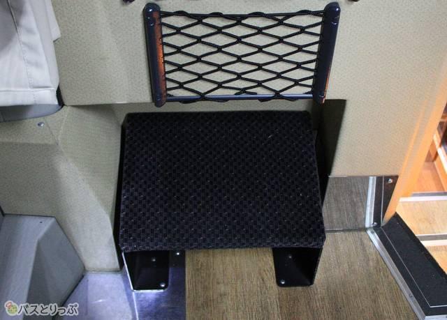 足がのばせる最前列座席のフットレスト