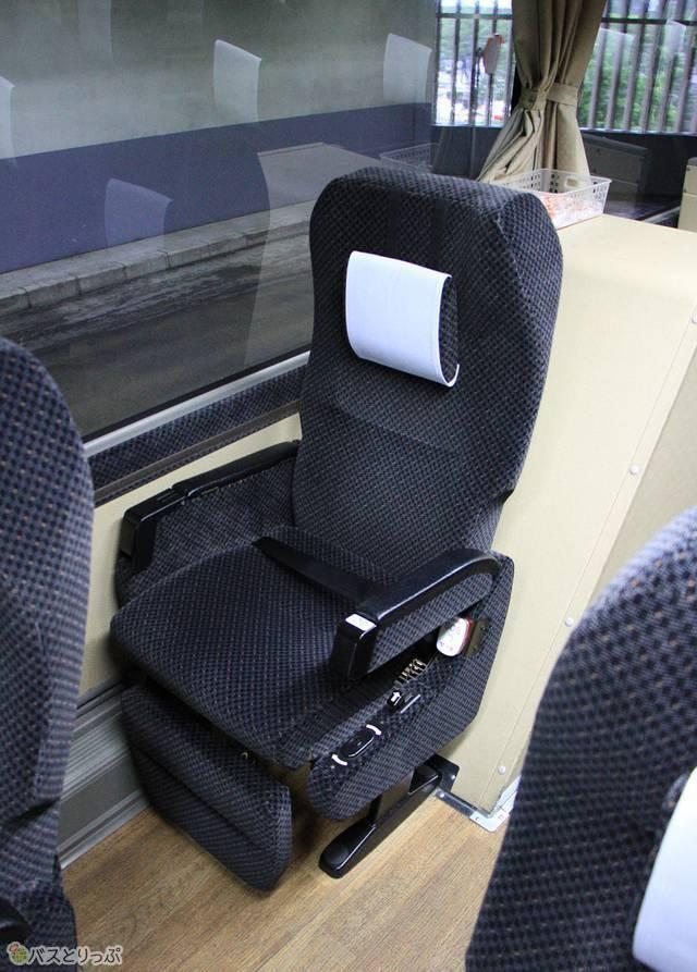 可動式枕を搭載するシート。フットレスト・レッグレストも装備する