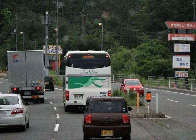 前方には京都から来た近鉄バス「カルスト号」が