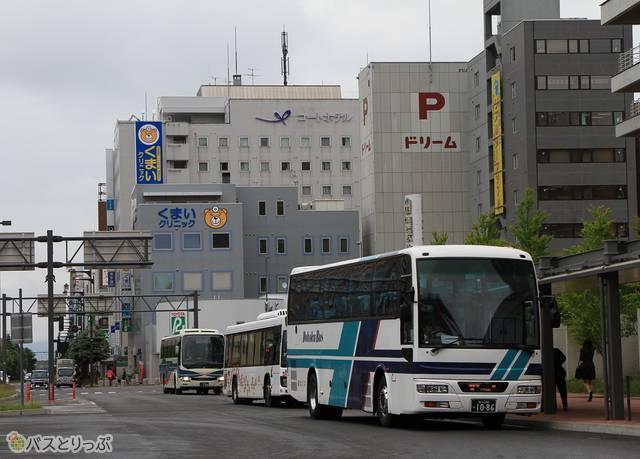 旭川駅前バスタッチで発車を待つ都市間バス