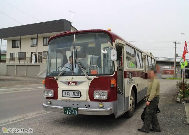 士別軌道本社前で発車を待つ「モノコックバス」