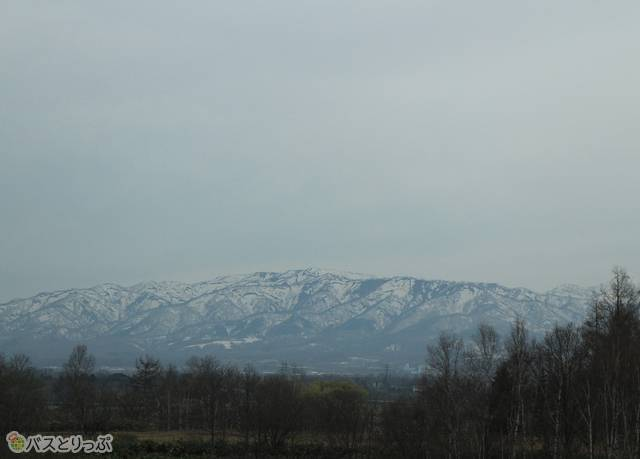 遠くの山々には雪が残っている