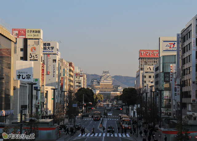 JR姫路駅2階眺望デッキからの景色。遠くには姫路城が。