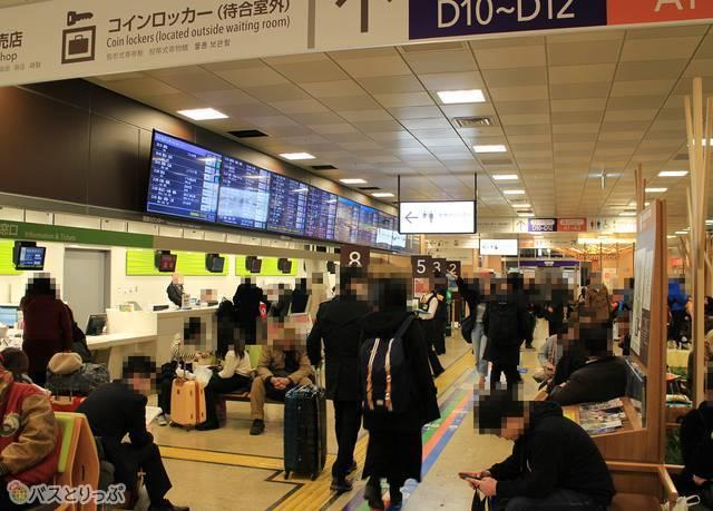 バスタ新宿の待合室とのりば。夜行バスの発車時間帯は混雑する。