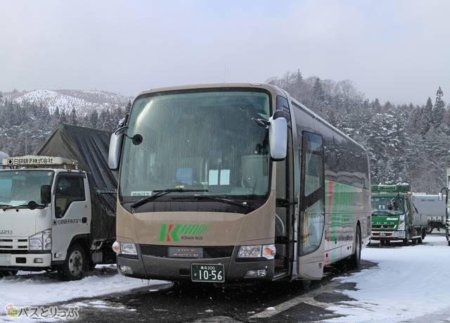 紫波サービスエリアで停車中のバス