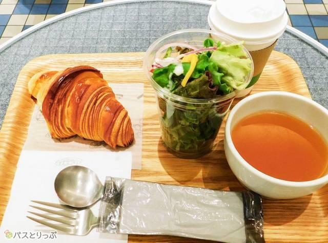 クロワッサン、サラダ、スープ、コーヒーか紅茶。コーヒーのみおかわり自由ですよ