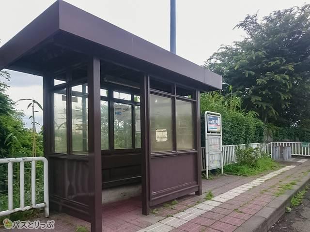 深大寺BT 上り線下り線とも簡素なベンチが設置される「中央道深大寺」バス停の待合室