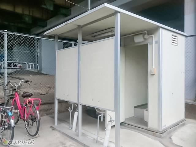 深大寺BT 中央道高架下には10台ほど駐車可能な駐輪場とトイレが設置されている