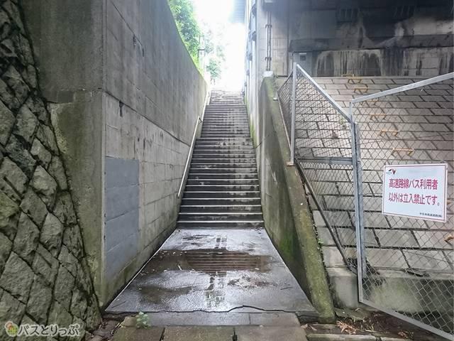 深大寺BT 「中央道深大寺」上り線バス停に向かう階段(調布駅から約2,200m)