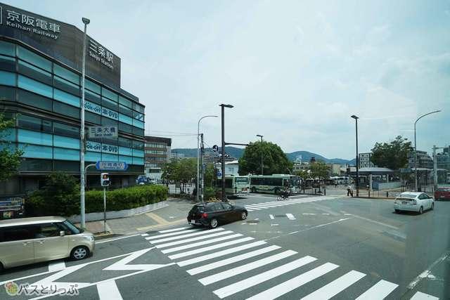 京都駅を出発したバスは鴨川沿いを北上