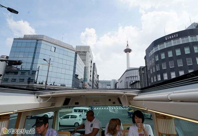 京都駅前のシンボル京都タワー