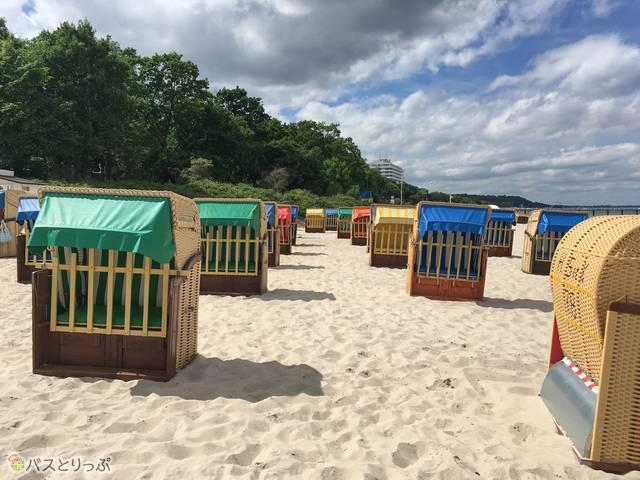 砂浜に並ぶStrandKorb(シュトラントコルプ)