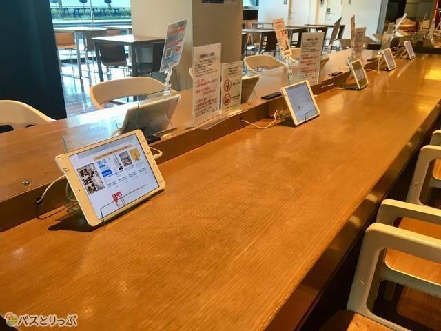 電子書籍のコーナーには、電源も設置されてあります。もちろんタブレットは無料で使用できます。