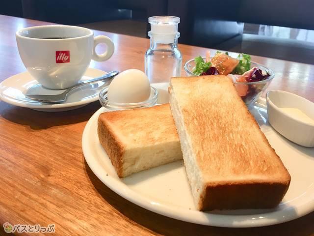 「厚切りトーストセット」(500円)。ドリンクはコーヒー、紅茶、カフェラテ、カプチーノ、オレンジジュース、グレープフルーツジュースから選べます