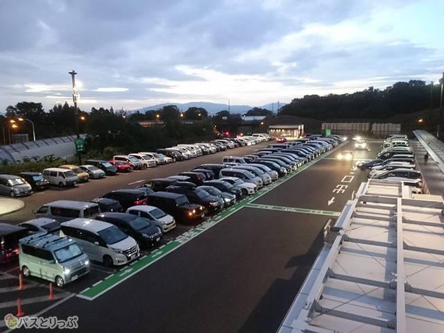 駐車場は乗用車がほぼ満車