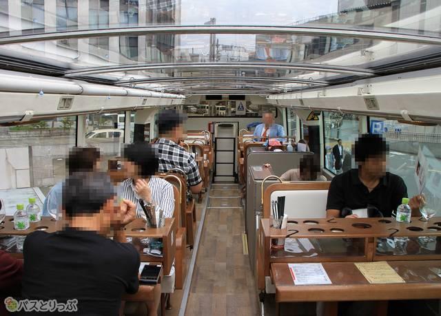 2階には25人が着席できる客席とテーブルが設置