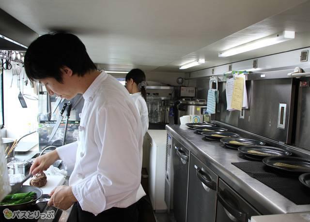 厨房で腕をふるうシェフ