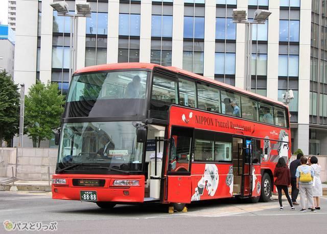 札幌駅北口にて乗客を待つレストランバス