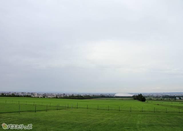 展望台からは札幌市街地や石狩平野を見渡すことができる