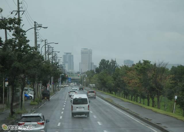 雨の中を出発地のJR札幌駅北口へと向かう