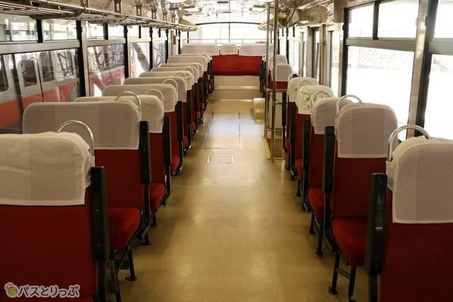 トロリーバスの内装。運行当初を思わせるレトロなデザイン