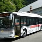 2019年から運行する電気バス車両。グレーとオレンジのラインはトロリーバス車両のものを踏襲。車両上部に充電用パンタグラフが付いている