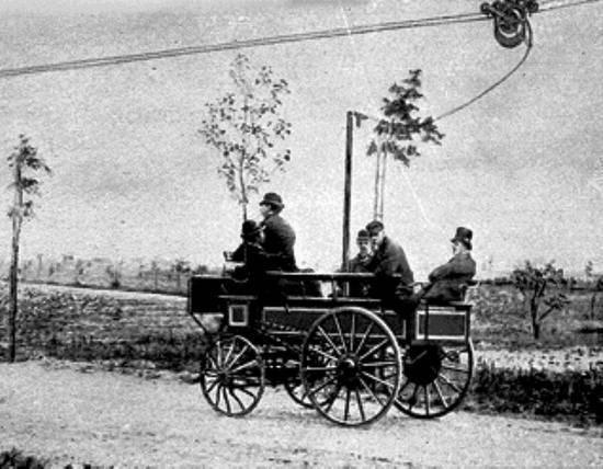 1882(明治15)年にドイツで初めて走ったトロリーバス。当時は「エレクトロモト」と呼ばれ、開放式の馬車をそのまま使っている
