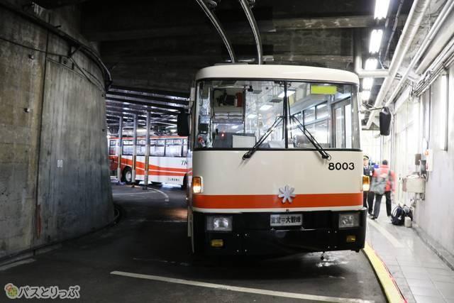 現在運行中の、立山トンネルトロリーバス。上部には架線が見える