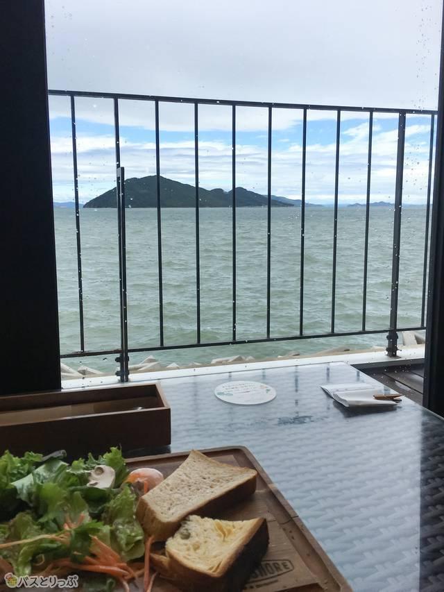 女木島を眺めながらの朝食はここでしか味わえない!