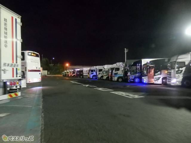関東方面に向かう夜行バスが並ぶ草津パーキングエリア