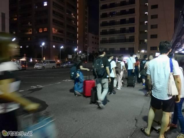 乗り場はバスを待つ人でいっぱい