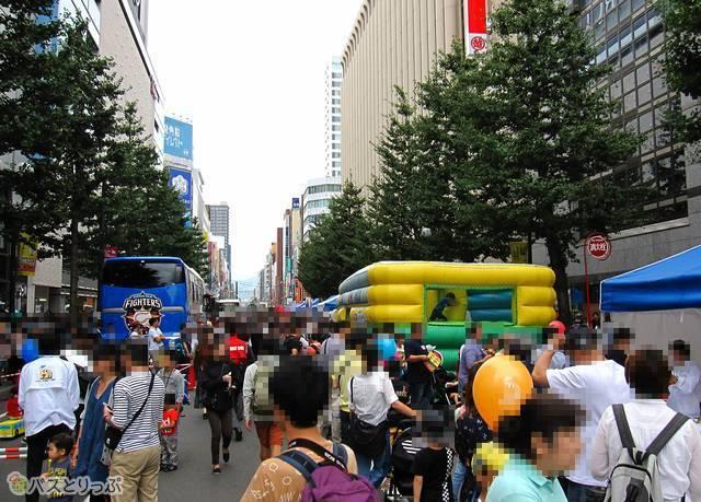 多くの来訪者で賑わう「北海道バスフェスティバル2018」会場