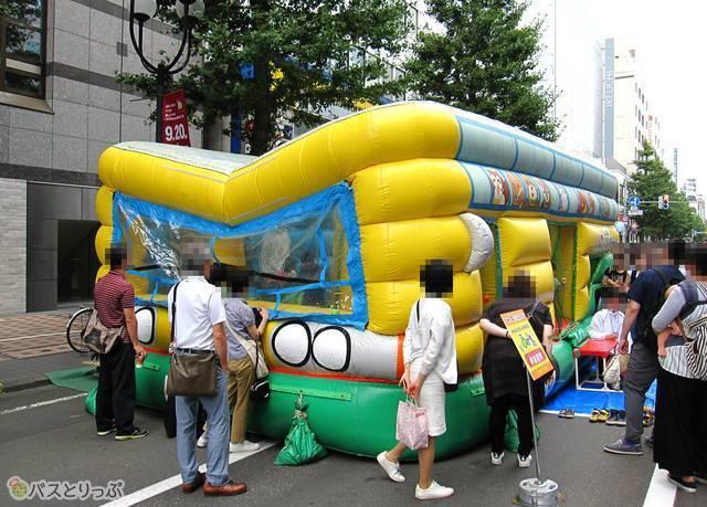 バス型ふわふわ遊具