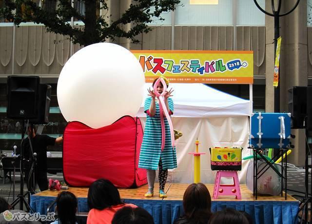 ステージで催されたバルーンアートショー