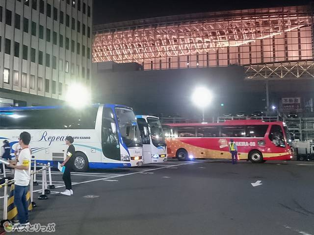 頻繁に入庫・発車する高速バス