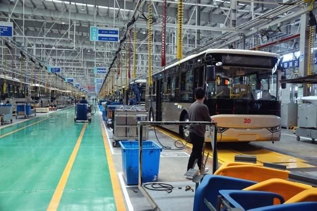 揚州亜星・艤装ラインに並ぶ電気バス