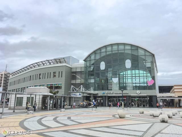 ちなみにJR高松駅は、遠くから見ると笑っているのが可愛い。