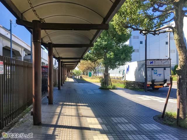駅からバス停への道